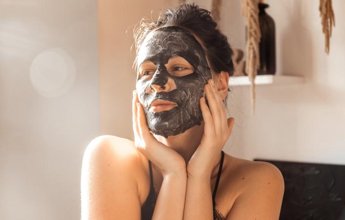 TOP 10 veiksmų, kurie padidins lakštinės veido kaukės efektyvumą